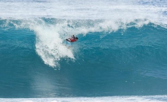 Medina dá show e segue vivo na luta pelo título mundial de surf