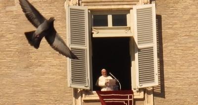 Em mensagem de Ano Novo, Papa pede menos consumismo: ʹBagagem inútilʹ