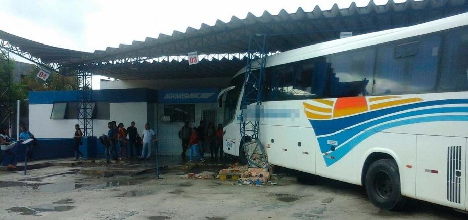[Motorista perde controle de ônibus e invade rodoviária no sul da Bahia]