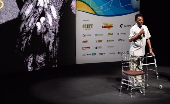Pelé usa andador para chegar a palco em evento esportivo do Rio