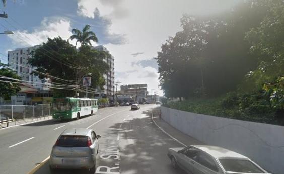 Colisão entre carro e moto deixa dois feridos no Cabula; trânsito é lento na região