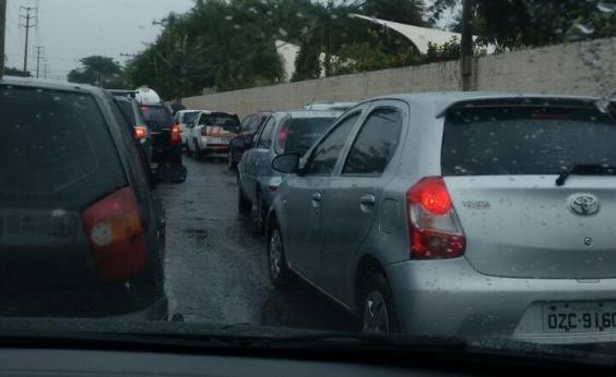Colisão entre carro e moto deixa um ferido na Avenida Bonocô; veja trânsito