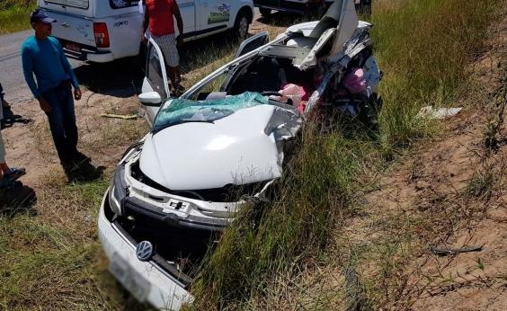 Homem morre e mulher grávida fica ferida em colisão entre carro e caminhão
