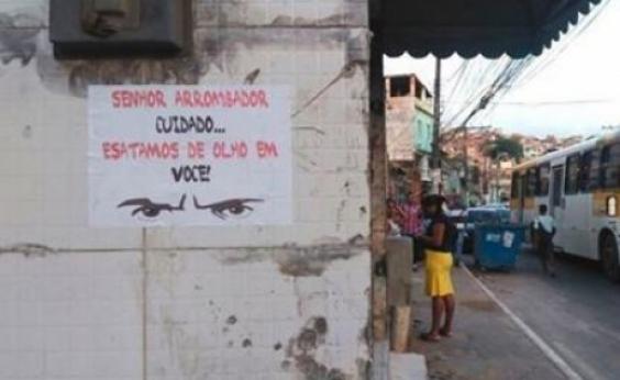 Moradores da San Martin espalham cartazes para intimidar assaltantes