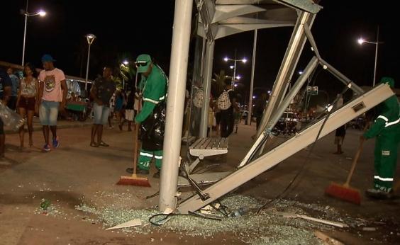Carro invade ponto de ônibus e atropela 15 pessoas em Itapuã