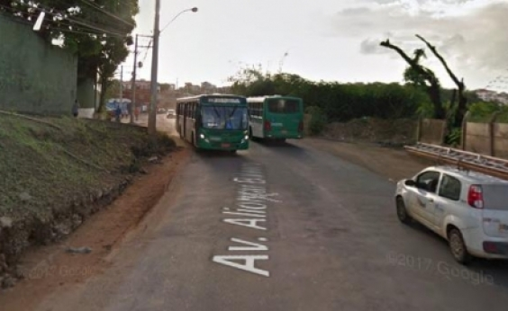 Suspeito de assalto a ônibus é agredido por populares em Salvador