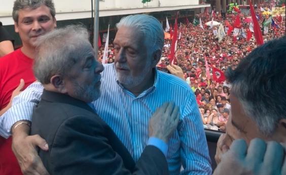 Em ato em Porto Alegre, Wagner pede para população fazer manifestos em favor de Lula