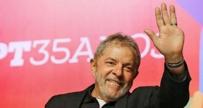 Advogado entrega passaporte de Lula à PF