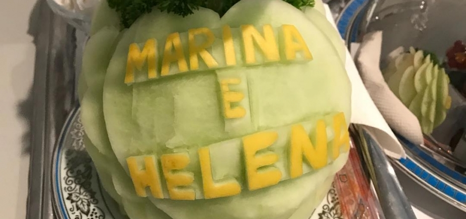 [Gêmeas de Ivete, Marina e Helena ganham frutas de equipe médica]