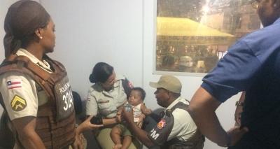 Bebê é encontrado abandonado em carrinho no Carnaval de Lauro de Freitas