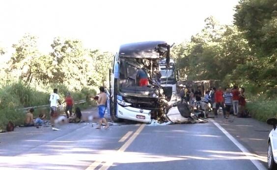 Colisão entre ônibus e carreta deixa oito mortos e 30 feridos em Goiás