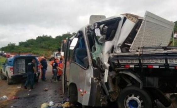 Segunda morte é confirmada em acidente entre micro-ônibus e caminhão