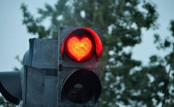 Vereadora é multada após instalar corações em semáforos