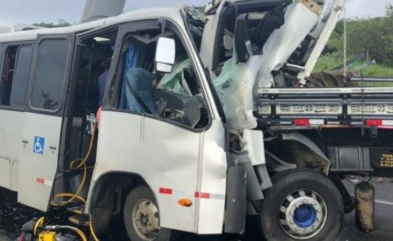 Terceira morte é confirmada em acidente entre micro-ônibus e caminhão