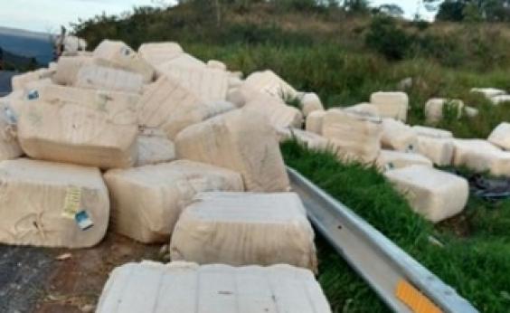 Carreta que transportava algodão tomba na BR-242, em Seabra