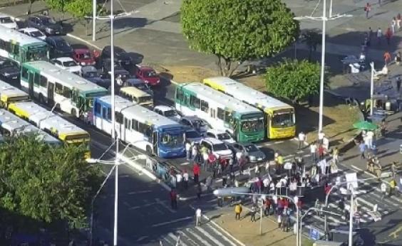 Manifestantes mantêm bloqueio em frente ao Shopping da Bahia