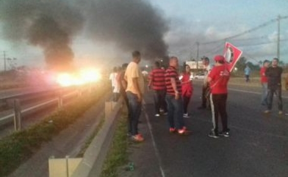 Policial atira em carro de som durante protesto na Via Parafuso; PM apura excesso