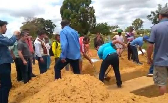 Família usa pás para sepultar parente em Conquista; assista