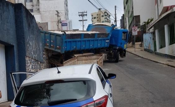Caminhão desce ao tentar subir ladeira na Graça; carros e muro são atingidos