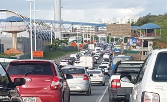 Vazamento de água e acidentes complicam trânsito
