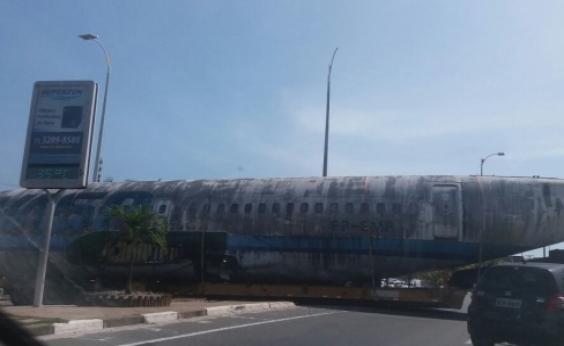 Traslado de carcaça de avião deixa trânsito travado perto do aeroporto