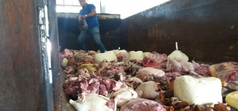 [Operação apreende 3,5 toneladas de carne irregular na BR-324]