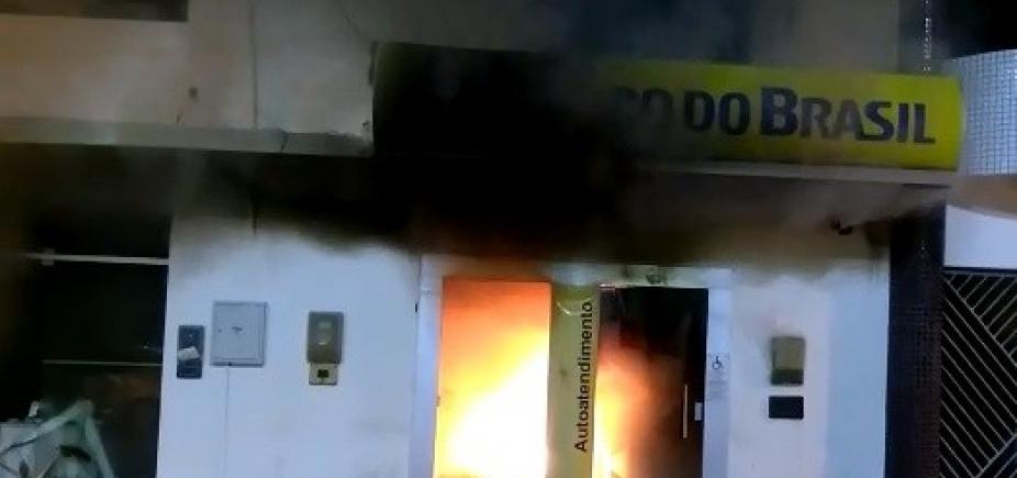 [São Domingos: após tentativa de roubo, banco pega fogo ]