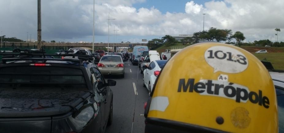 [Trânsito: Av. Paralela tem acidente e retenção por grande fluxo]