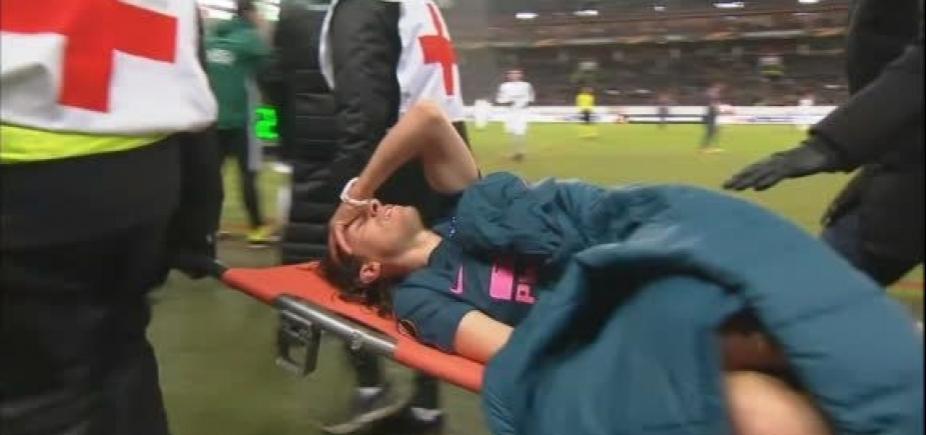[Filipe Luís sofre lesão, deixa jogo de maca e preocupa Tite]