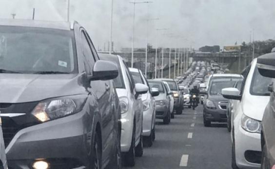 Longo congestionamento na BR-324 sentido Salvador