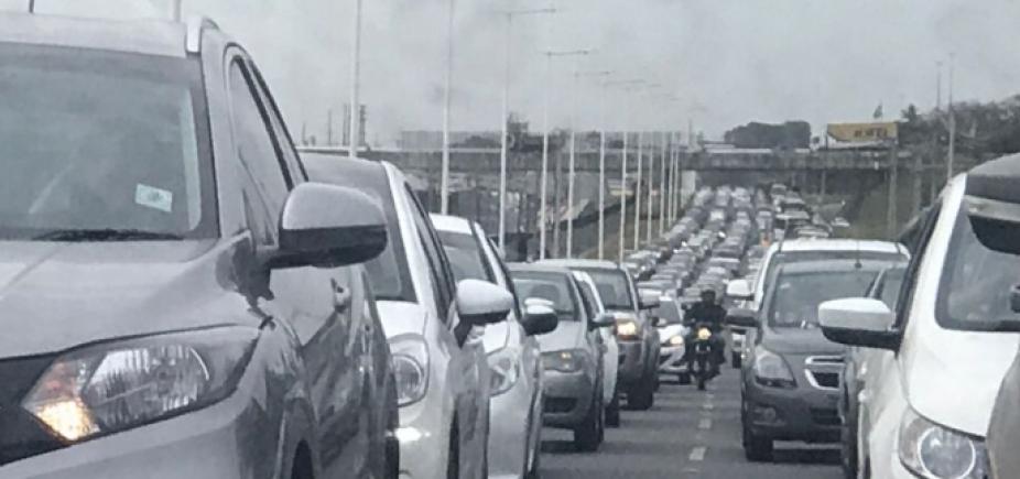 [Longo congestionamento na BR-324 sentido Salvador]
