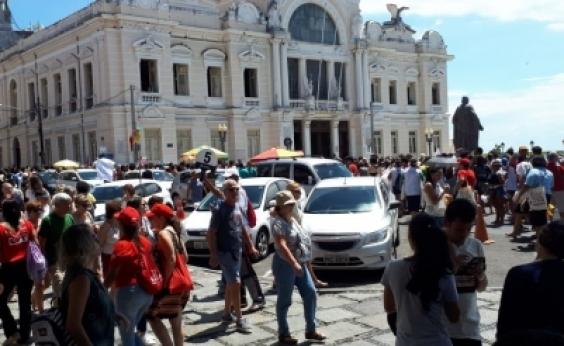 Grupo protesta contra morte de Marielle Franco em frente a Câmara