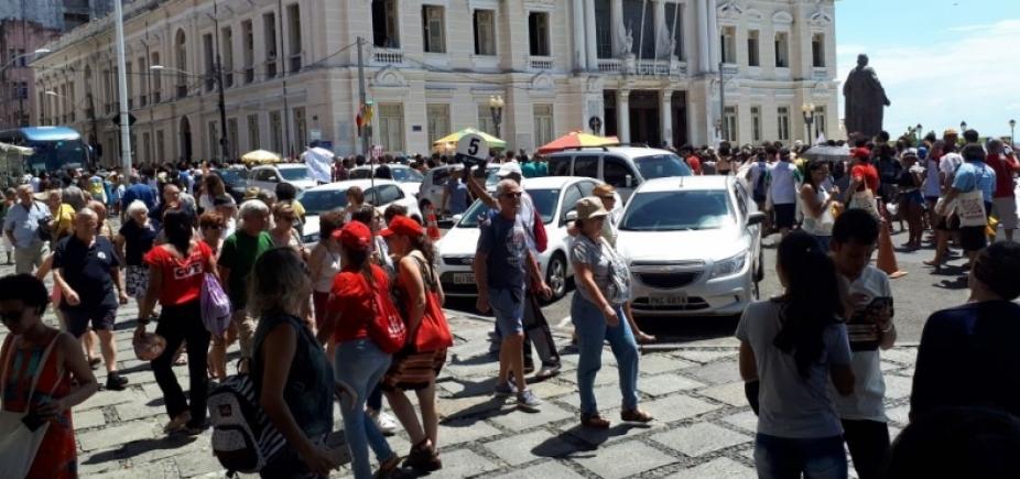 [Grupo protesta contra morte de Marielle Franco em frente a Câmara]