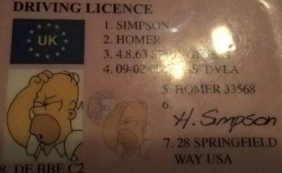 Polícia apreende carteira de motorista com dados de Homer Simpson