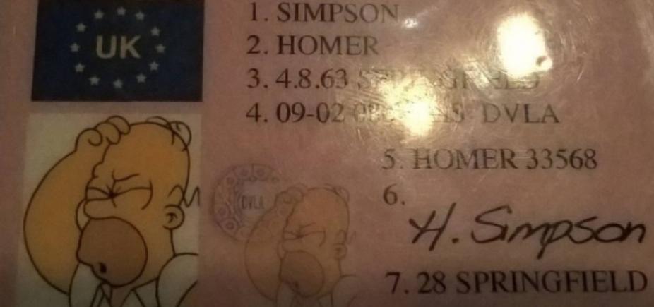 [Polícia apreende carteira de motorista com dados de Homer Simpson]