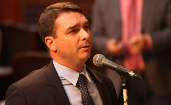 Filho de Bolsonaro apaga tuíte de condolências à família de vereadora assassinada