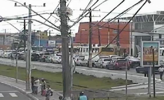 Buraco provoca grande congestionamento na Cidade Baixa