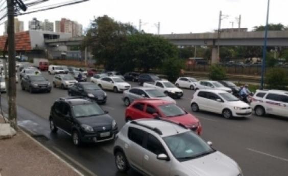 Carreta tomba e deixa tráfego lento na Via Parafuso; veja trânsito