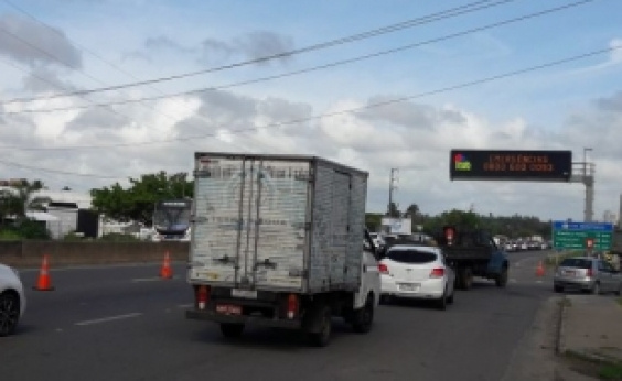 Congestionamento segue na Via Parafuso sentido Salvador