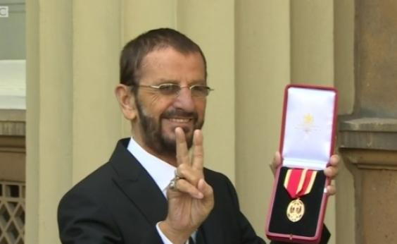 Ringo Starr é nomeado ʹSirʹ pelo príncipe William