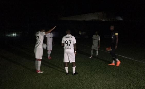 Devido a apagão, Vitória vai a pé para estádio em Fortaleza