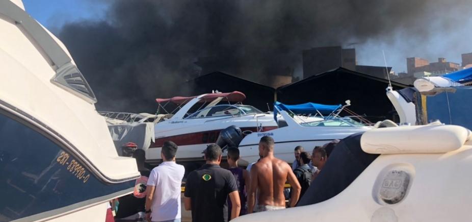 [Incêndio atinge embarcações na Marina do Bonfim; veja vídeo]