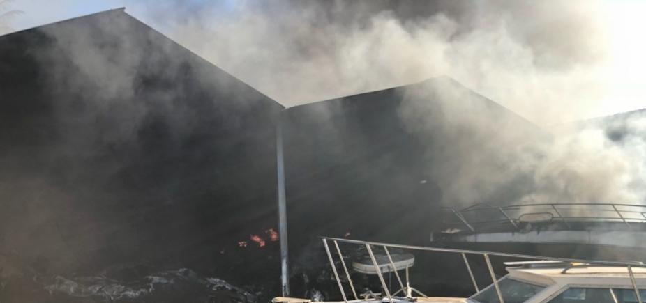 [Marina do Bonfim volta a pegar fogo após incêndio ]