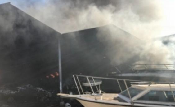 Estaleiro incendiado não tinha sistema de combate ao fogo, diz Corpo de Bombeiros