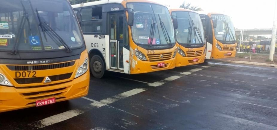 [Rodoviários de micro-ônibus fazem manifestação e bloqueiam trânsito]