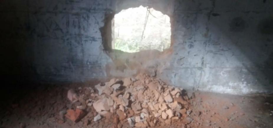 [Dupla de presos faz buraco em parede e consegue fugir de delegacia em Ipiaú]