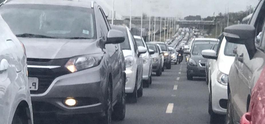 [Motoristas enfrentam congestionamento nos dois sentidos da BR-324]
