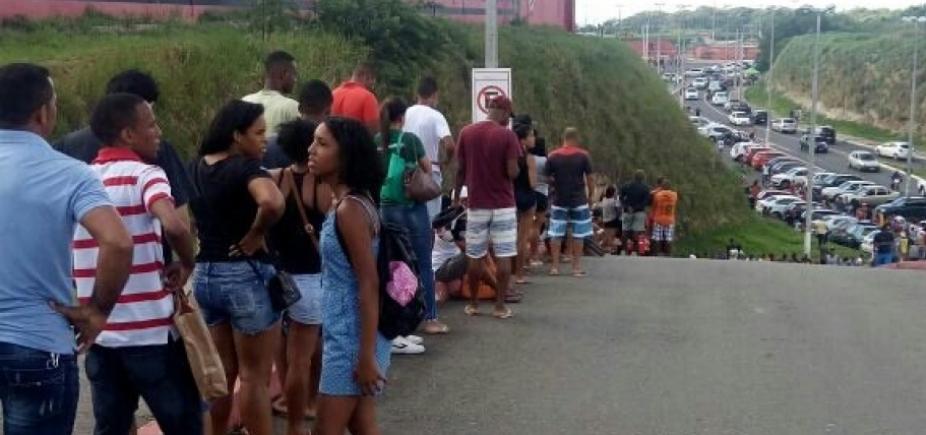 [Torcedores fazem fila no Barradão para comprar ingressos para Ba-Vi]