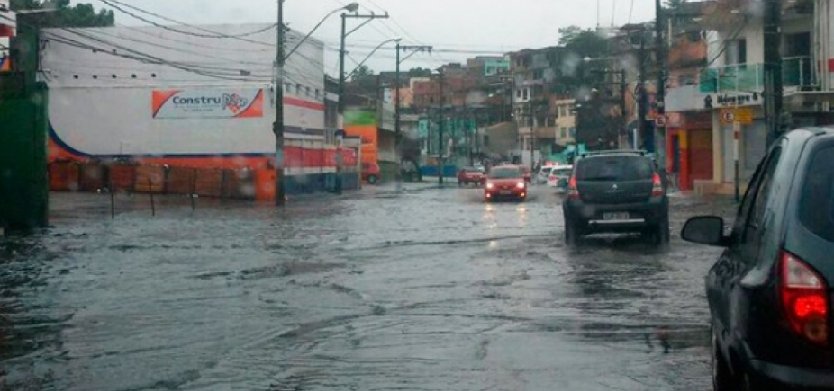 [Vazamento de água deixa trânsito lento na Av. San Martin; veja ]