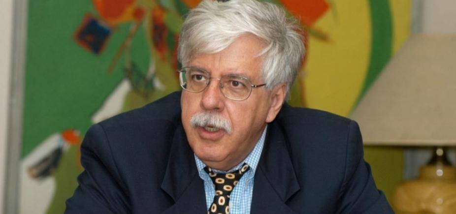 [ʹHá uma fragilidade das instituições de estadoʹ, diz professor Roberto Romano]
